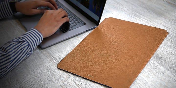 """Capa protetora para MacBook Pro de 16"""" - Castanho Tan - Couro Granulado"""